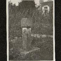 Cadran solaire de Le Verrier en 1945 dans le jardin de la poste d'Agon
